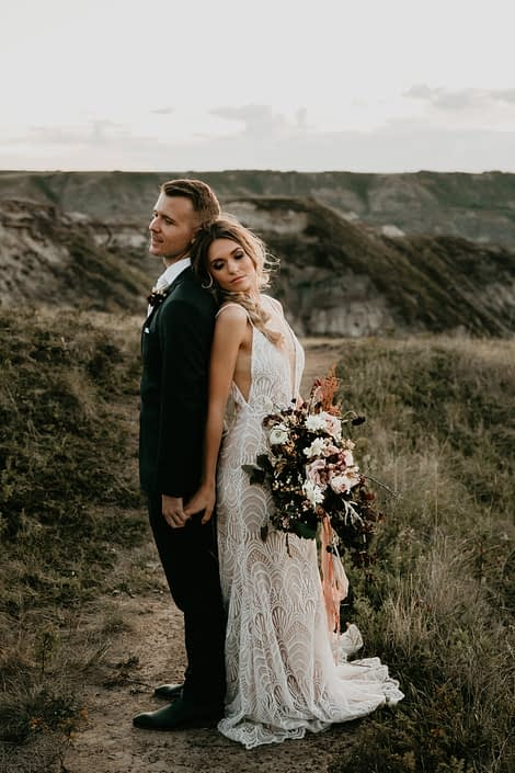 drumheller photoshott with bride and groom holding burgundy and blush bouquet