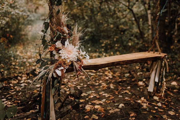 Swing flowers in fall neutral colours; dahlias, roses, pampas grass, scabiosa, bunny tail, fall foliage, chrysanthemum, amaranth